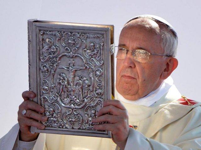 papa-francisco-con-evangeliario